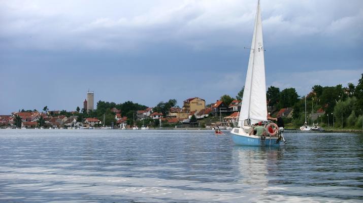 Mikołajki – raj dla żeglarzy w sercu Wielkich Jezior Mazurskich [WIDEO]